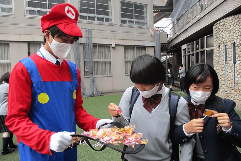 トリックorトリート!ハロウィンには先生が仮装してお菓子を配る!?